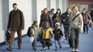 Des enfants haïtiens arrivent de Port-au-Prince avec leur famille française adoptive, à l'aéroport de Roissy-Charles de Gaulle (Paris), le 22 décembre 2010.