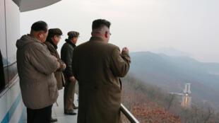 Lãnh đạo Kim Jong Un quan sát cuộc thử nghiệm động cơ tên lửa. Ảnh công bố ngày 19/03/2017.