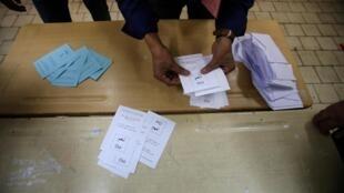 Opération de vote à Alger, lors du référendum constitutionnel en Algérie, le 1er novembre 2020.