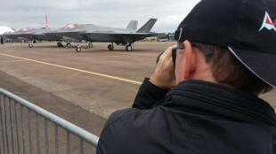 Un visiteur immortalise deux F-35 exposés.