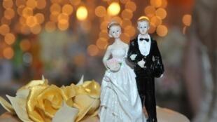 Figurine, un couple de jeunes mariés.