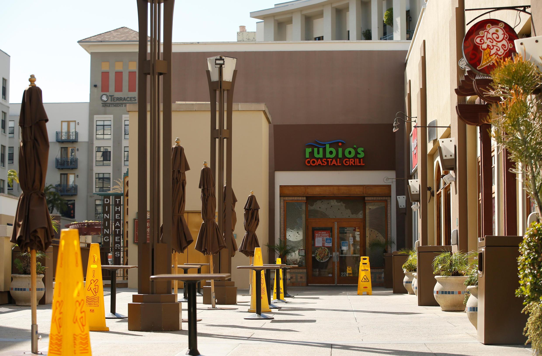 Trung tâm thương mại Paseo Colorado đóng cửa vì COVID-19, Pasadena, California, ngày 18/03/2020.