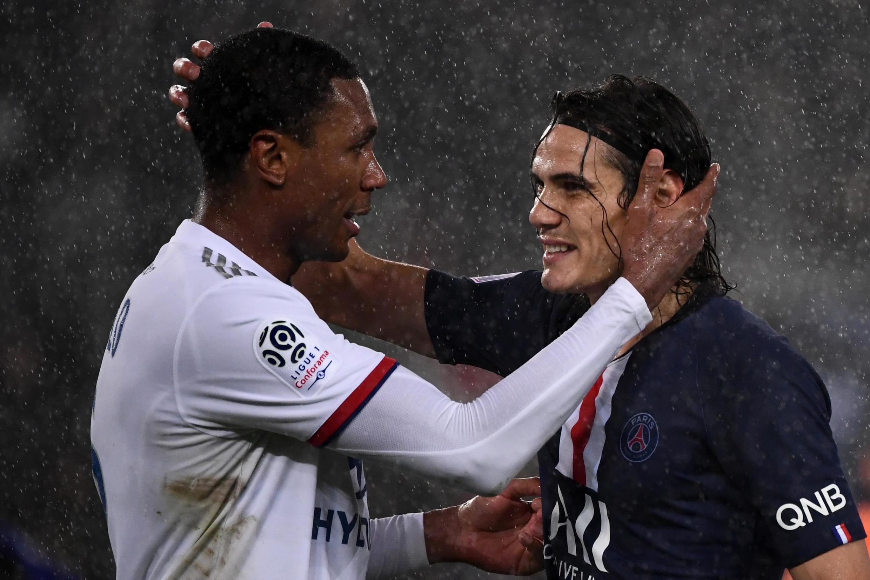 Marcelo (esquerda), defesa brasileiro do Lyon, e Edinson Cavani (direita), avançado uruguaio do PSG, após o triunfo parisiense por 4-2 frente ao Lyon.