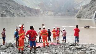 Des secouristes tentent de retrouver des survivants après un glissement de terrain dans la mine de jade de Hpakant, dans l'Etat Kachin en Birmanie, le 2 juillet 2020.