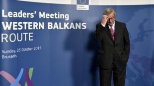 Глава Еврокомисси Жан-Клод Юнкер ожидает глав восточно- и центральноевропейских государств на саммите в Брюсселе, 25 октябяря 2015 г.