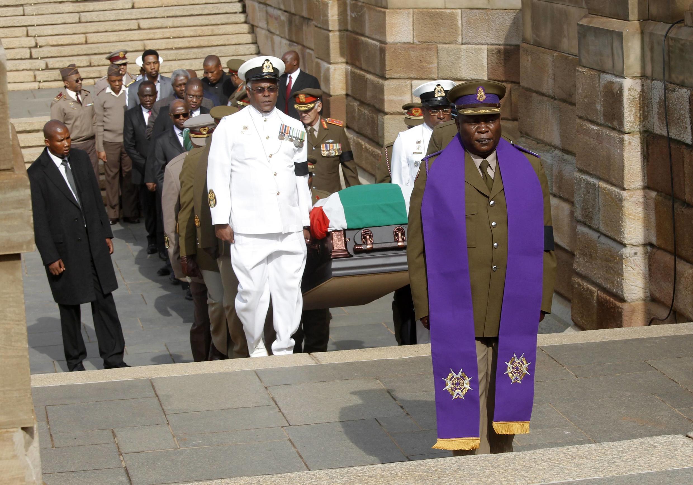 O corpo de Nelson Mandela chega na sede da presidência sul-africana