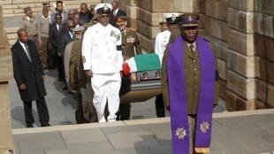 Manyan hafsoshin Sojin kasar Afrika ta kudu suna dauke da gawar Nelson Mandela zuwa Fadar Gwamnati a Pretoria