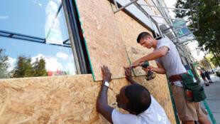 Người dân ở Wilmington, Bắc Carolina, đang gia cố cửa hàng chống chọi với bão Florence sắp đổ vào đây..