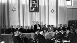 David Ben Gourion proclame la création de l'Etat d'Israël le 14 mai 1948 à Tel Aviv.