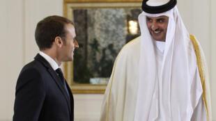 O Presidente Emmanuel Macron com o Emir do Qatar Sheikh Tamim bin Hamad al-Thani  em Doha.07 de Dezembro  de 2017