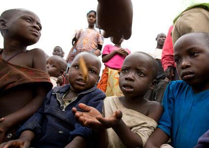 Des enfants attendent une distribution de nourriture dans un camp de réfugiés de Kibati.