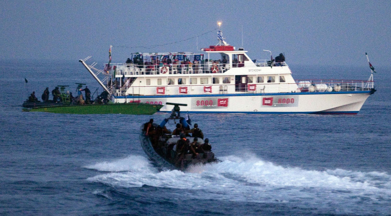Forças israelenses se aproximam do navio turco com ajuda aos palestinos de Gaza, no dia 31 de maio passado.
