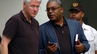 L'ancien président américain, Bill Clinton (G) et le Premier ministre haïtien Jean-Max Bellerive (D) à Port-au-Prince, le 15 décembre 2010.