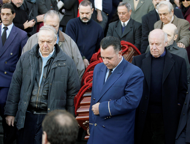 El cantautor uruguayo Daniel Viglietti junto al escritor Eduardo Galeano llevan el ataúd del poeta Mario Benedetti el 19 de mayo de 2009.
