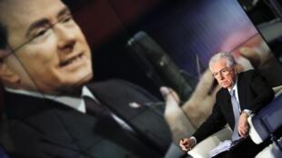 Mario Monti, ici en vis-à-vis de Silvio Berlusconi sur un plateau de télévision le 14 janvier dernier, multiplie les attaques contre son prédécesseur et désormais concurrent.