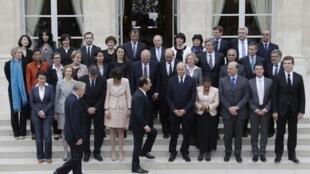 El presidente François Hollande y el primer ministro, Jean-Marc Ayrault, con los miembros del gabinete francés se preparan para la foto en el Elíseo, el jueves 17 de mayo de 2012.