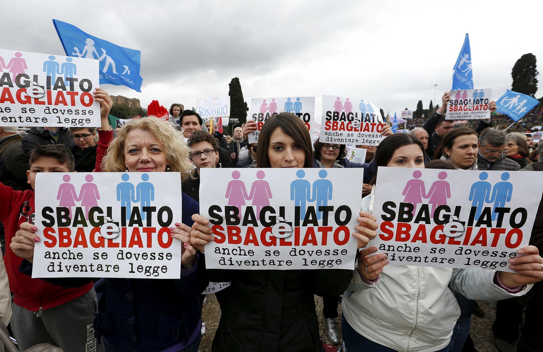 """Người biểu tình chống dự luật hôn nhân đồng tính tại Ý trong ngày """"Family Day""""  với biểu ngữ: """" Sẽ sai lầm khi điều đó trở thành luật"""",  hôm 30/01/2016."""