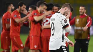 Les joueurs de la Macédoine du nord célèbrent leur victoire, 2 buts à 1 face à l'Allemagne, lors de leur match de qualifications pour le Mondial-2022, le 31 mars 2021 à Duisbourg