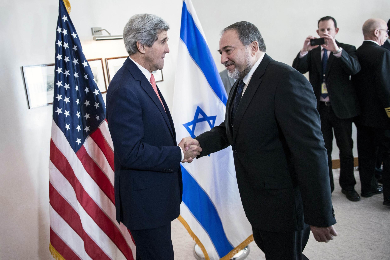 Le ministre israélien des Affaires étrangères Avigdor Lieberman accueille le Secrétaire d'Etat américain John Kerry (g) avant leur réunion le 3 janvier 2014.