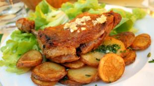 法国西南部的招牌菜:油封鸭腿