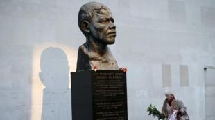 Statue à l'effigie de Nelson Mandela, le 6 décembre 2013.