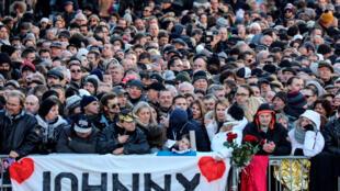 圖為法國民眾為向強尼哈利戴葬禮致敬