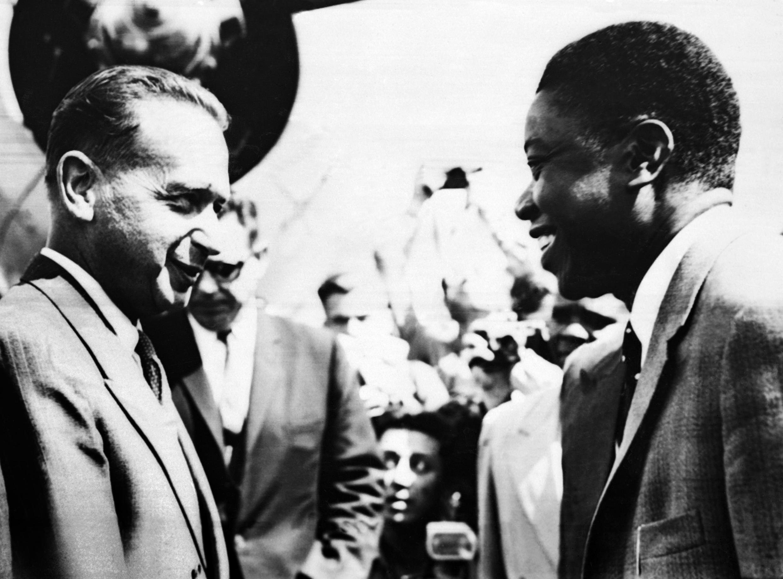 Le secrétaire général de l'ONU Dag Hammarskjold accueilli à l'aéroport d'Elisabethville par Moïse Tshombe le 15 août 1960.