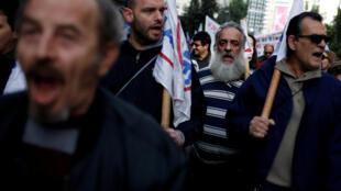 Des manifestants défilent à Athènes, le 12 janvier 2018.