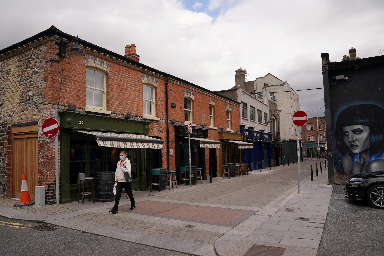 Une femme marche dans une rue déserte de Dublin, le 3 septembre 2020.