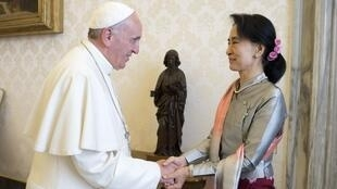 O Papa saúda Aung San Suu Kyi em sua chegada ao Vaticano nesta segunda-feira, 28 de outubro. .