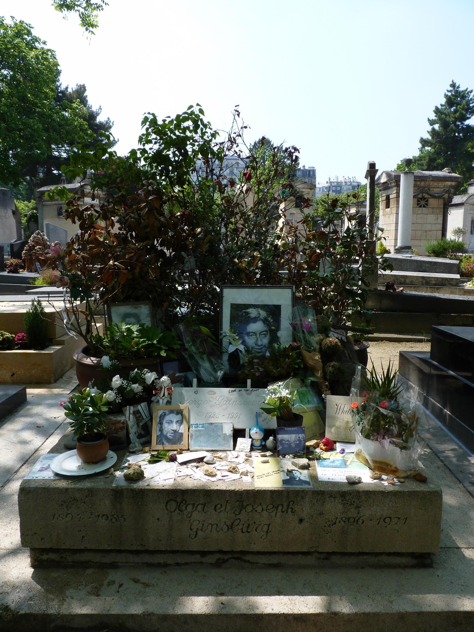 París: sepultura del compositor y cantante francés Serge Gainsbourg en el cementerio de Montparnasse.