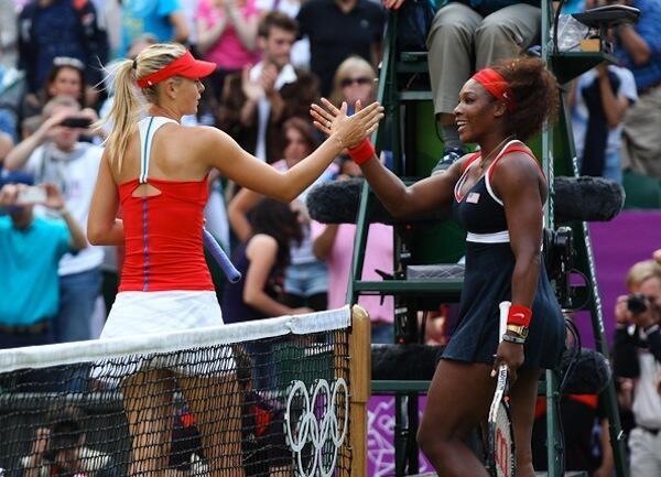 Serena Williams akisalimiana na Maria Sharapova baada ya mchezo wao wa Miami Open kabla ya kukutana kwenye French Open