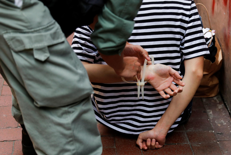 Cảnh sát Hồng Kông bắt giữ một người biểu tình chống luật An Ninh Quốc Gia ngày 01/07/2020.