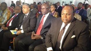 La délégation de l'opposition à la commission «Election» quelques minutes avant de suspendre sa participation au dialogue national. José Makila (d), Jean-Lucien Busa (centre) et Samy Badibanga (g).