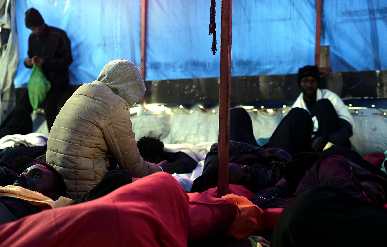 Migrantes descansan a bordo del Aquarius en camino hacia España el 13 de junio  2018.