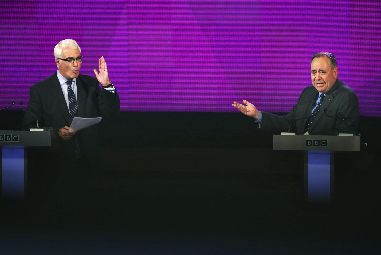 El ex titular de Economía laborista Alistair Darling y el nacionalista Alex Salmond, durante el debate sobre la independencia de Escocia, este 25 de agosto en Glasgow.