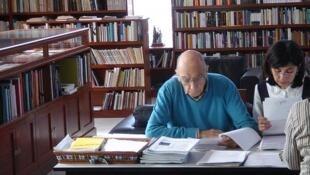 José Saramago y Pilar del Río en su biblioteca de Lanzarote durante una jornada diaria normal.