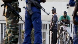 Forces de l'ordre burundaises à Bujumbura, le mardi 21 juillet. 2015.