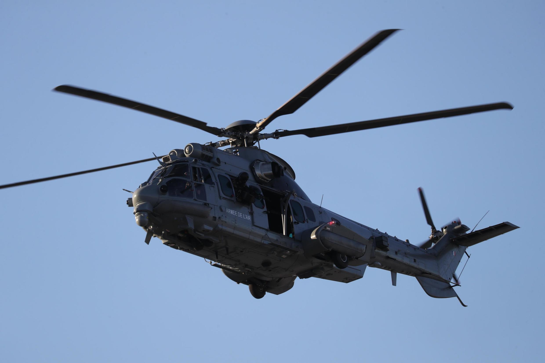 Пациентов с коронавирусом начали перевозить с востока Франции в другие регионы на военных вертолетах