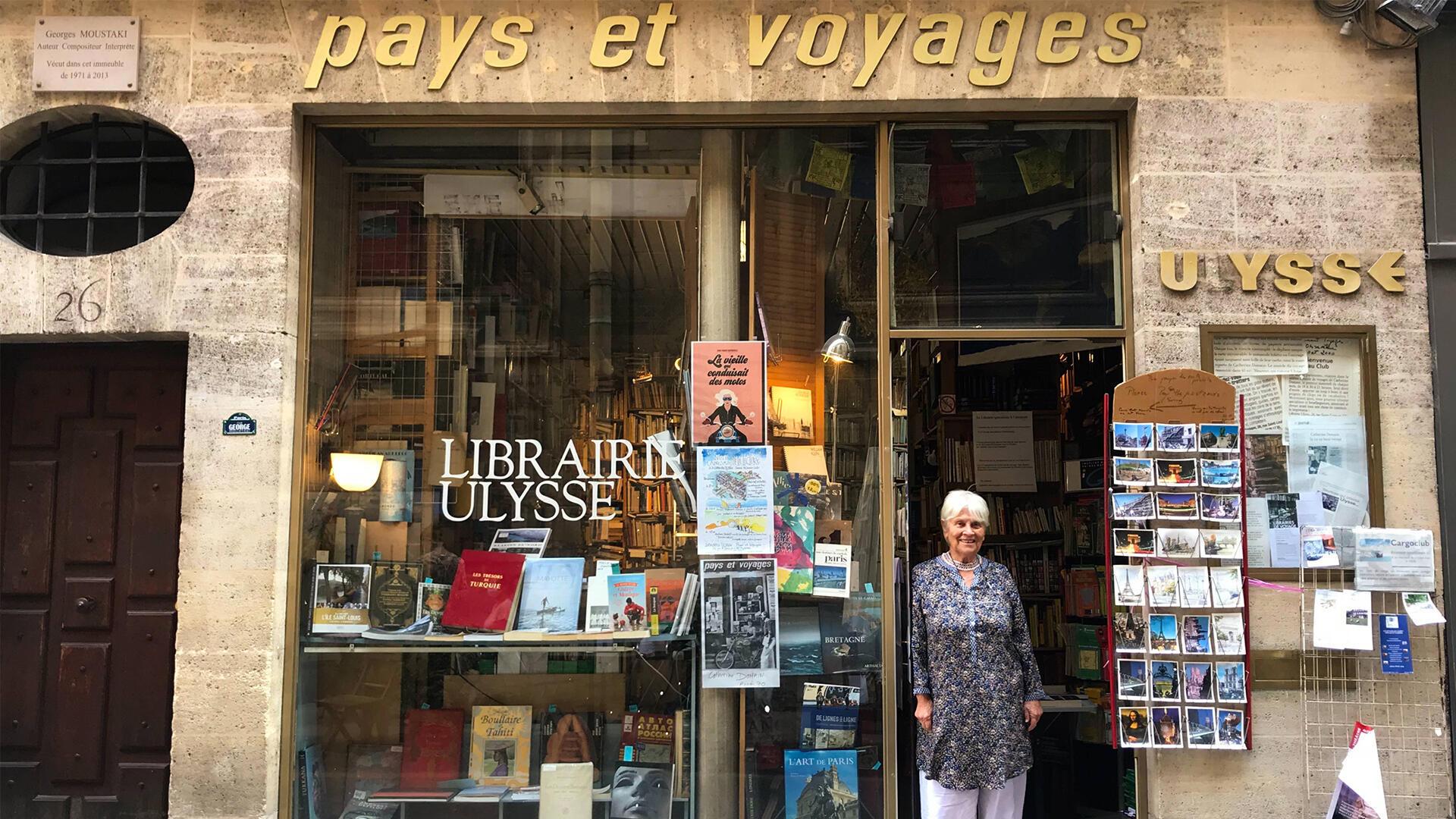 Depuis près de 50 ans, Catherine Domain veille sur sa librairie aux allures de temple du voyage.