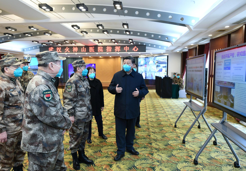 Chủ tịch Trung Quốc Tập Cận Bình (P) lần đầu tiên đến thăm một bệnh viện Vũ Hán, gần 2 tháng sau khi chính thức công bố dịch, phong tỏa Vũ Hán. Ảnh chụp ngày 10/03/2020.
