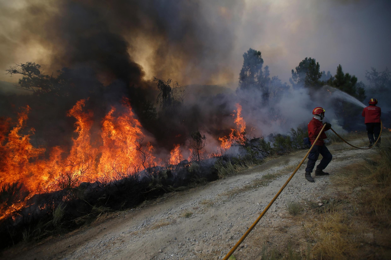 Bombeiros tentam controlar o fogo em Covilha, Portugal, no final de semana.