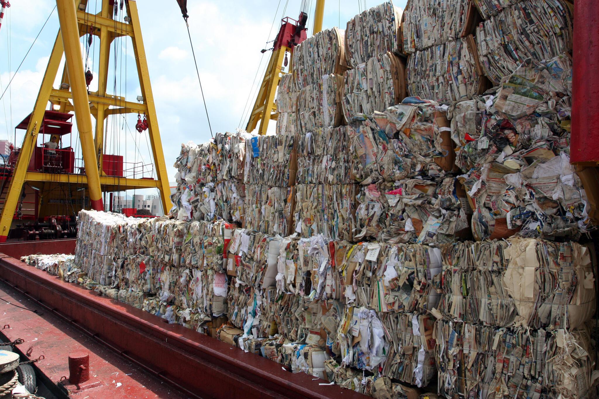 Một tàu chở rác thải sang Trung Quốc qua ngả Hồng Kông.