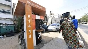 Une borne  «Orange Money» à Ouakam, dans la banlieue de Dakar au Sénégal  permet le  transfert d'argent par téléphone entre la France et le Sénégal.