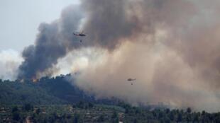 Trực thăng thả nước để cố dập tắt cháy rừng do nắng nóng ở vùng Tarragona, Tây Ban Nha, ngày 27/06/2019.