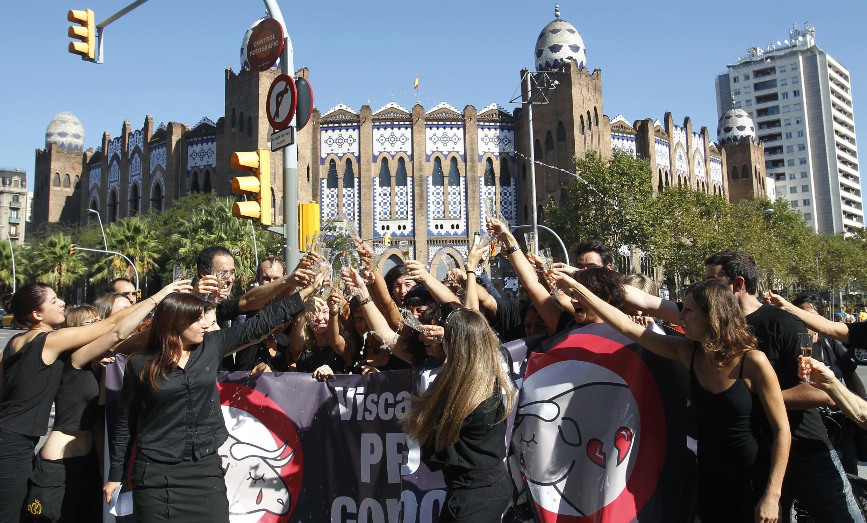 Les anti-corrida portent un toast devant les arènes de la Monumental, le 25 septembre 2011.