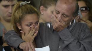 El superviviente del ataque Jorge Cohen llora junto a su hija Malena durante la ceremonia de conmemoración en 2015.