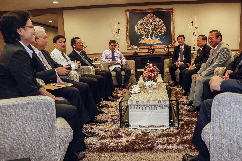 Phe đối lập của cựu Thủ tướng Abhisit Vejjajiva (Thứ 3 trái)  họp với Uỷ ban bầu cử ngày 29/4 để thảo luận tổ chức bầu cử Quốc hội lại.