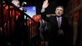 Gordon Brown à l'Université Glyndwr à Wrexham, North Wales, le 04 mai 2010, après un discours devant ses partisans.