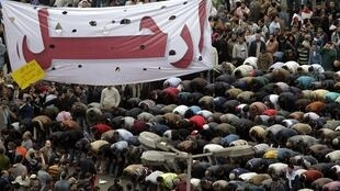 نماز جماعت در میدان تحریر